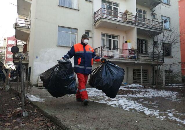 Çorum'da, çevreye kötü kokular yayılan evde, çöp ve atık eşyalar biriktirildiği ortaya çıktı. Belediye ekiplerince 5 saat süren temizlik sonucu evden 2 kamyon çöp çıkarıldı.
