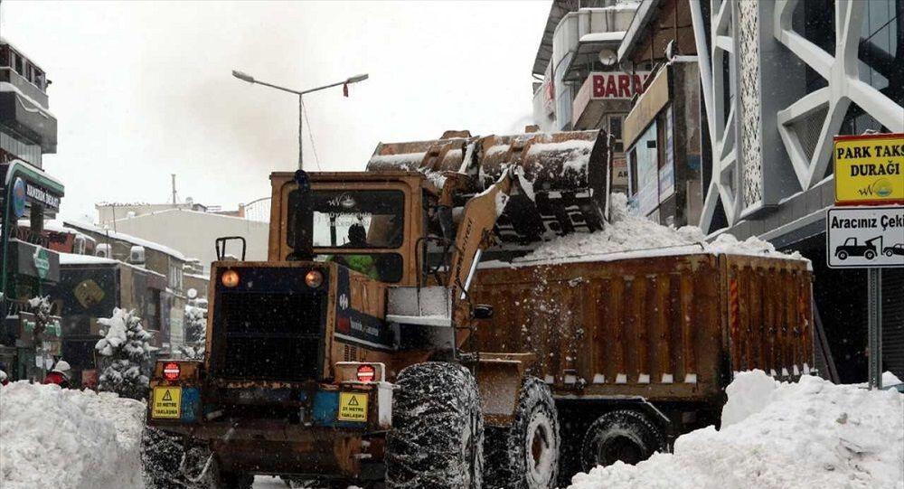 Van'da 176 bin metreküp kar şehir dışına taşındı