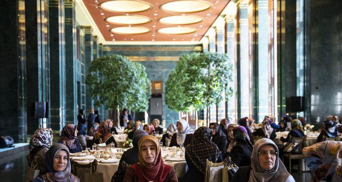 Emine Erdoğan, kadın il müftü yardımcıları ve baş vaizlerle Cumhurbaşkanlığı Külliyesi'nde düzenlenen öğle yemeğinde bir araya geldi.
