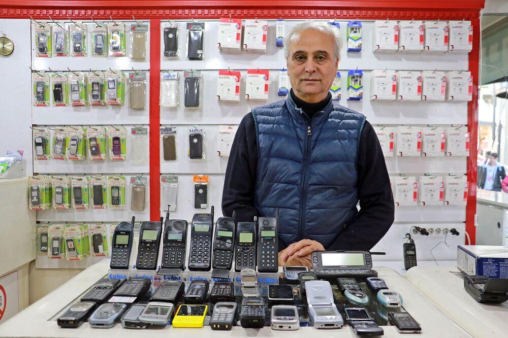 Samsun'un İlkadım ilçesinde, telefon tamir dükkanı bulunan Adnan Alparslan, 25 yıldır cep telefonu biriktiriyor.