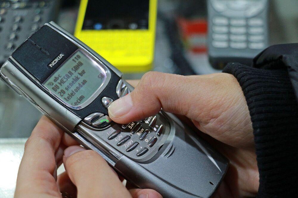 25 yıldır telefon tamir işiyle uğraştığını anlatan Adnan Alparslan, Zaman içinde bu koleksiyon oluştu. Vatandaşlar, eş dost telefon getirmeye başladı, ben de bunun bir koleksiyon olabileceğini düşündüm. Gençlerin, geçmişte kullanılan cep telefonlarını görmesini ve o zamanın teknolojiyle, günümüz teknolojisini kıyaslamasını istedim. Bu koleksiyon için yaklaşık 35 bin lira para harcadım. Aslında halen telefon almaya devam ediyorum, koleksiyonda 850 tane cep telefonu var ama birkaç tane eksik parçam var, onları da bulmaya çalışıyorum dedi.