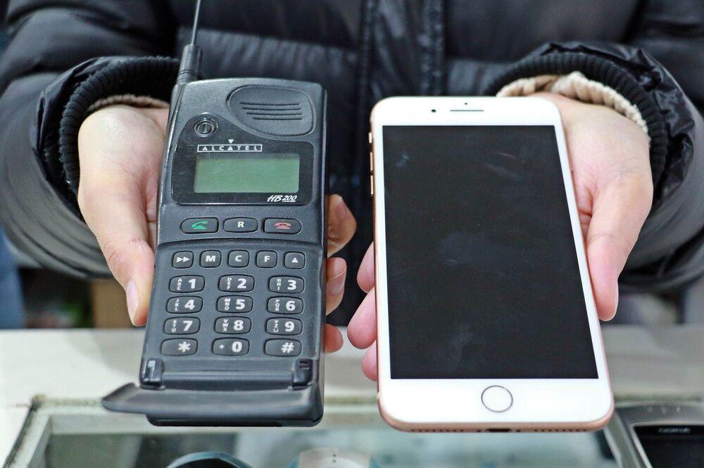 Koleksiyonda tüm markalara ait cep telefonunun olduğunu ifade eden Alparslan, Dünyada kullanılan ilk cep telefonu, Türkiye'de kullanılan ilk cep telefonu, dünyanın en ağır cep telefonu ve ilk dokunmatik cep telefonu koleksiyonda mevcut. Dükkâna gelen vatandaşlar, bu telefonları görünce 'Ne kadar değişik bir cep telefonu, bunu nasıl kullanmışlar' şeklinde tebessümle tepki veriyor. Eski cep telefonlarının yüzde 90'u bu koleksiyonda var. Almış olduğumuz bu telefonların her birinin de farklı farklı hikâyeleri var. Yaklaşık 20 yıl önce bu telefonları kiralıyorduk. Müşterilerimizin büyük çoğunluğunu askerler oluşturuyordu. Yaklaşık 100 asker, cep telefonu kiralamak için dükkânın önünde sıraya girerdi. Hafta sonları cep telefonlarını alıp, aileleriyle ve sevdikleriyle görüşürlerdi. Bu koleksiyon benim için çok değerli ve asla satmayı düşünmüyorum. Birçok kişi bu koleksiyonu istedi ama vermedim. Hedefim ise daha da biriktirmek, daha güzel bir koleksiyon oluşturmak ifadelerini kullandı.