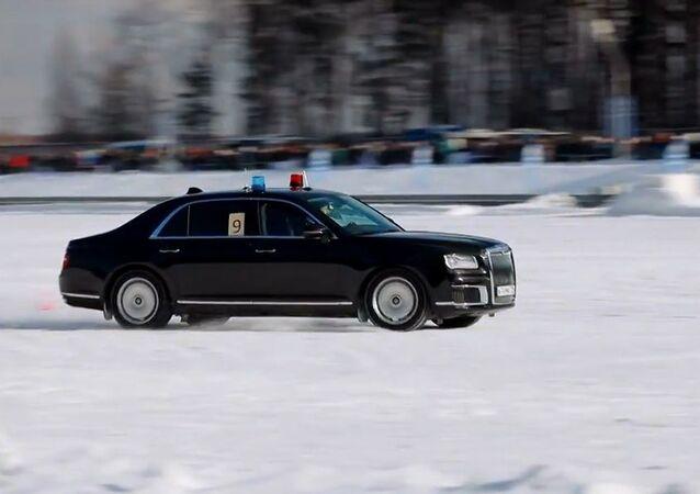 Rusya'nın 'üst düzey' şoförleri Aurus otomobilleriyle yarıştı