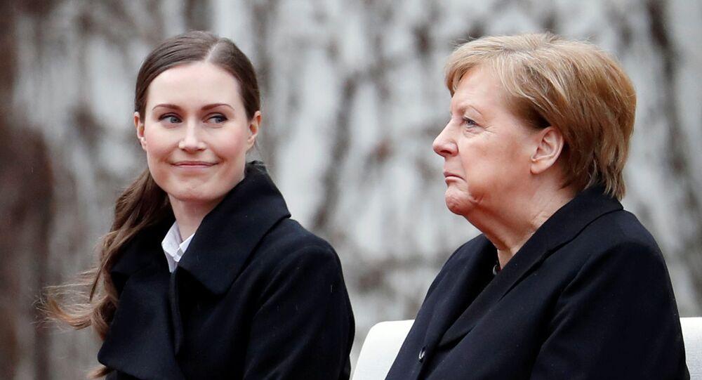 Şansölye Angela Merkel'den Berlin'de ağırladığı Finlandiya Başbakanı Sanna Marin'i (solda) güldüren bir mimik