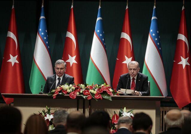 Türkiye Cumhurbaşkanı Recep Tayyip Erdoğan ve Özbekistan Cumhurbaşkanı Şevket Mirziyoyev, baş başa ve heyetlerarası görüşmenin ardından ortak basın toplantısı düzenledi.