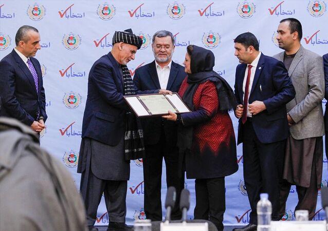 Yüzde 50,64 oy alarak ikinci kez Afganistan Cumhurbaşkanı seçilen Eşref Gani'ye mazbatası verildi