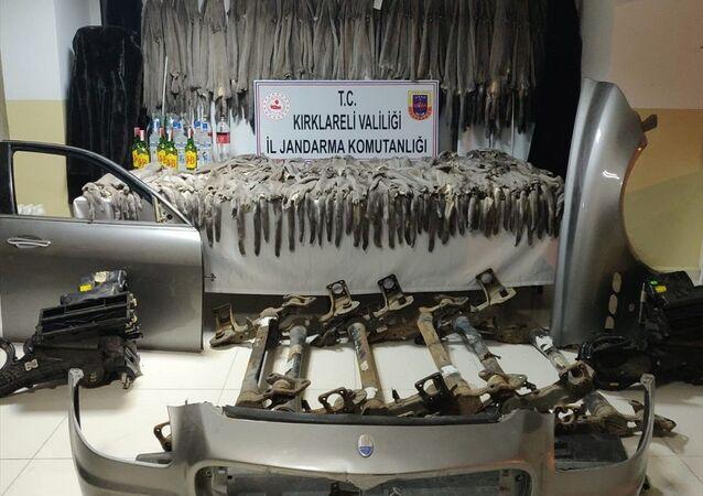 Bulgaristan'dan gelen otobüste 472 adet vizon postu, kürk manto, kaçak içki çıktı