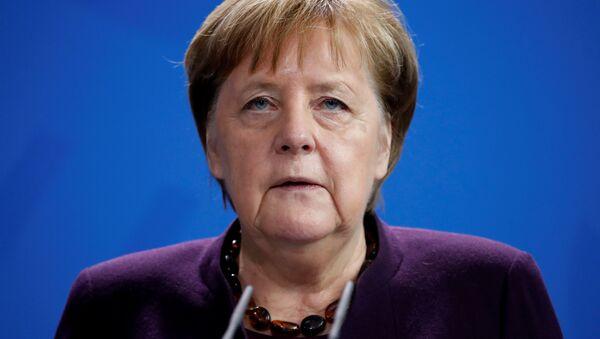 Almanya Bşabakanı Angela Merkel, Hanau'daki ırkçı saldırı hakkında açıklama yaparken - Sputnik Türkiye