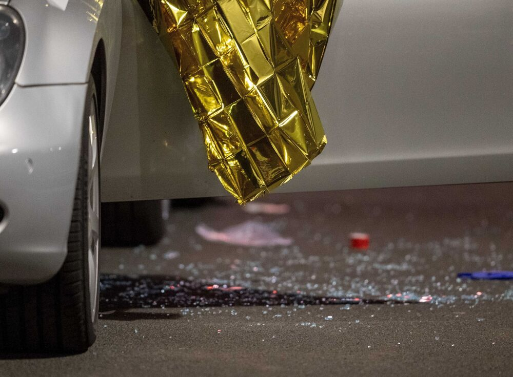 Hanau'daki silahlı saldırı sırasında zarar görmüş bir araba.