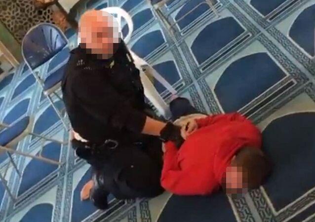 Londra'da camiye giren bir kişi, namaz kılan bir din görevlisini bıçakladı