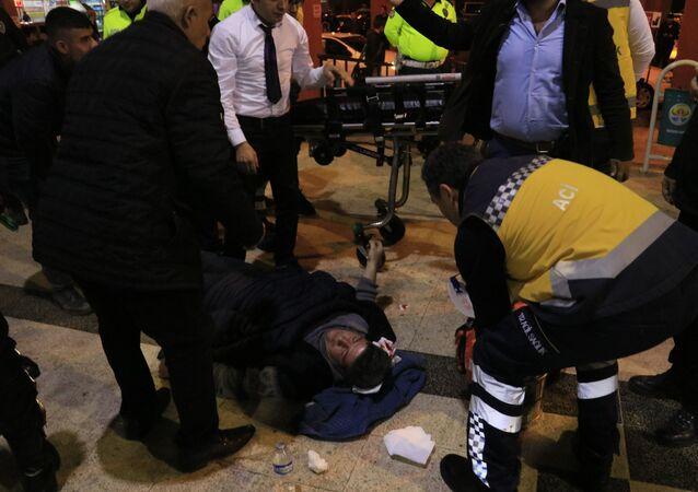 Adana merkez otogarında kargosu geç geldiğini iddia eden müşteriler ile çalışanlar arasında çıkan silahlı sopalı kavgada 1'i ağır 3 kişi yaralandı.