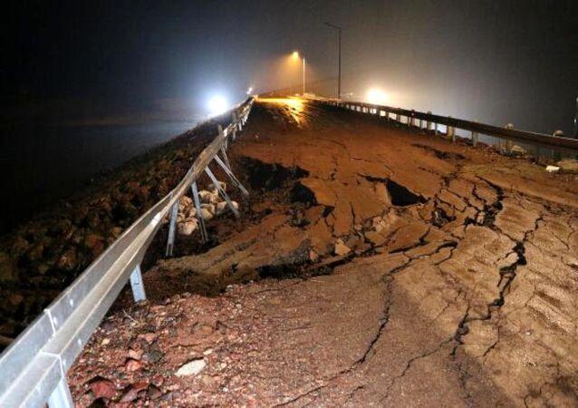 Uşak'ın Banaz ilçesindeki Bahadır Barajı'nın alt bölgesinde oluşan çatlaklar nedeniyle içindeki suyun Sıracevizler Barajı'na boşaltılmaya başlandığı bildirildi.