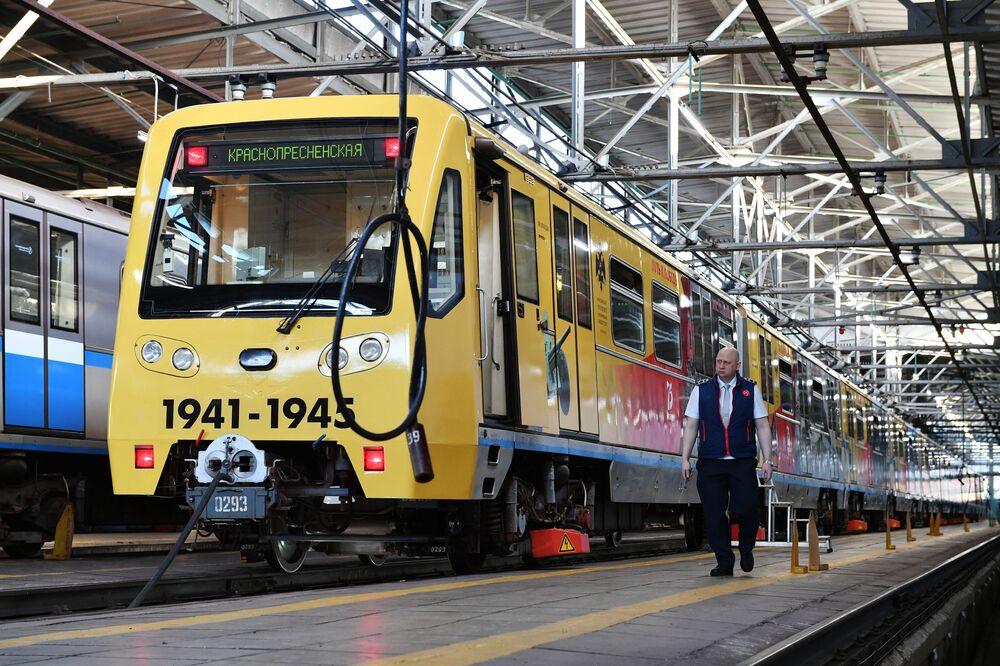 Trenin her vagonunda savaş yıllarında Rusya'nın farklı bölgelerindeki kahramanlıklar pankartlarla anlatılıyor