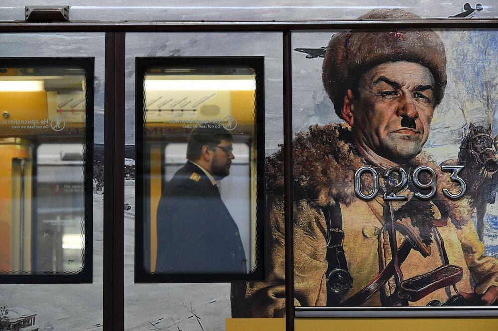 Moskova metrosunda yakında kullanıma sunulacak Zafere Giden Yol isimli özel tren vagonlarından birinde yer alan resim.