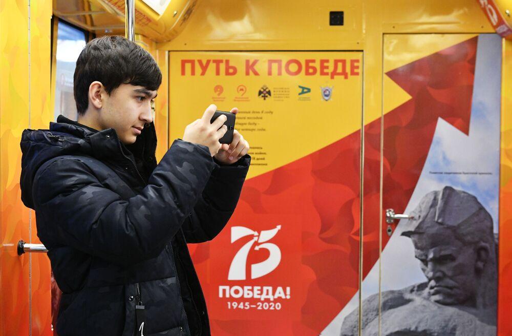 Moskova metrosunda önümüzdeki günlerde kullanıma sunulacak 9 Mayıs Zafer Bayramı temalı özel trenin tanıtımı yapıldı.
