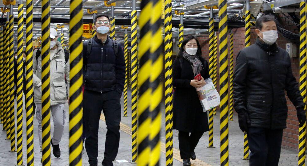 Seul'de bir metro istasyonu, Güney Koreliler koronavirüse karşı maske takmış halde
