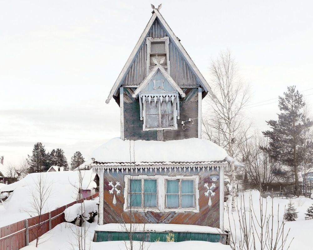 Arhangelsk bölgesindeki bu tarihi evler güzel mimarisi ve parlak renkleriyle dikkat çekiyor.