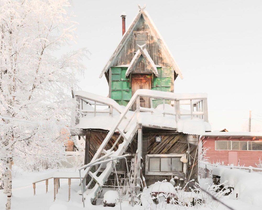 Rus fotoğrafçı Fedor Savintsev'in Rusya'nın Arhangelsk bölgesinde çektiği  ve görünümüyle  rengarenk oyuncaklar andıran ahşap evlerden biri.
