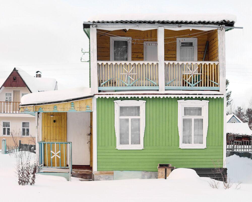 Arhangelsk bölgesindeki köyler ve kasabalarda sıradışı mimarisiyle öne çıkan ahşap evlerden biri.
