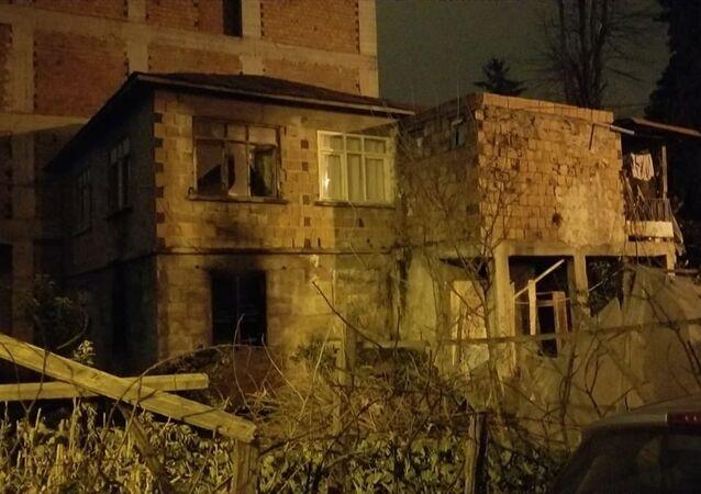 Giresun'un Bulancak ilçesindeevinin yandığını gören kişikalp krizi sonucu öldü.