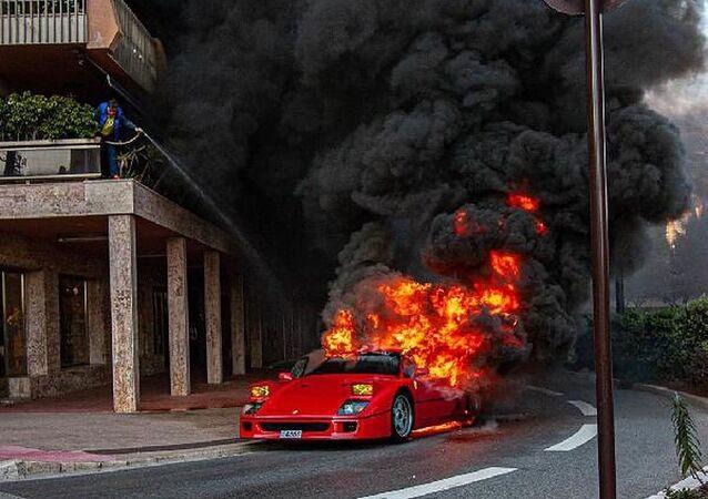 Fransa'da bir adam, Ferrari F40 modeli spor aracın motoru alev alınca, balkondan bahçe hortumuyla söndürmeye çalıştı