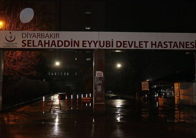 Diyarbakır'ın Çınar ilçesinde husumetli olan iki aile düğün salonunda karşılaşınca ortalık savaş alanına döndü. Meydana gele kavgada 9 kişi yaralandı.