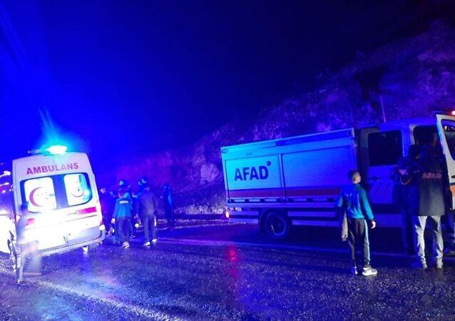 Siirt'te müsabakalardan dönen 2 minibüs, Botan Çayı'ndan karşıya geçmeye çalışırken suda mahsur kaldı. 2 minibüsteki 14 kız, 16 erkek öğrenci, 3 öğretmen ve 2 şoför, jandarma ve AFAD ekiplerince kurtarıldı.
