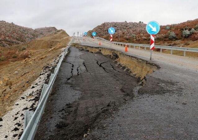 Afyonkarahisar'ın Sandıklı ilçesini Uşak'a bağlayan yol çöktü. Yolda 50 metre uzunluğunda, 3 metre genişliğinde ve 1 metre derinliğinde çukur oluştu.