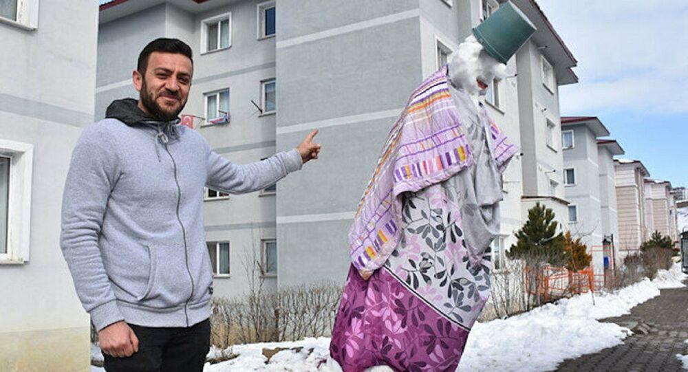 Sivas'ta Abdurrahman Deveci 4 metrelik kardan adama 'Gulyabani' adını verdi