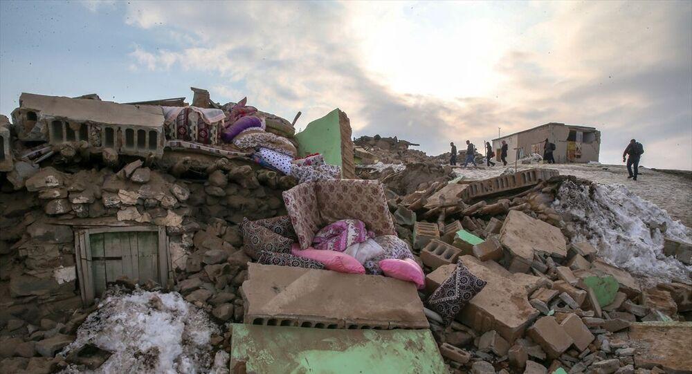 Merkez üssü İran'ın Hoy kentinde sabah meydana gelen 5,9 büyüklüğündeki deprem, Van ve çevre illerde de hissedildi. Van'ın Başkale ilçesine bağlı Özpınar Mahallesi'nde deprem nedeniyle bazı evler yıkıldı.