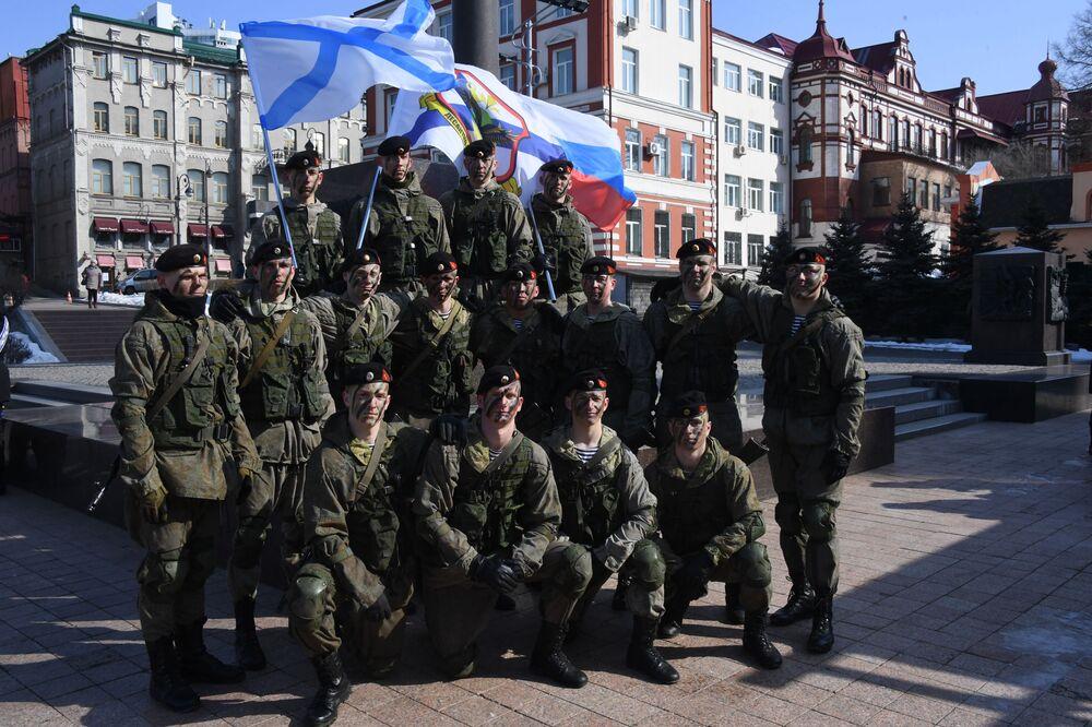 Vatan Savunucuları Günü Rusya'da her yıl 23 Şubat'ta kutlanıyor. Anlatılan farklı versiyonlardan birine göre 22 Şubat 2018'de 'Sosyalist Vatanımız Tehlikede' adlı bir duyuru yayınlandı, ardından 23 Şubat'ta Moskova, St. Petersburg ve birçok kentte gösteriler yapıldı, gösteriler sırasında işçiler, Kızıl Ordu'ya katılarak Vatanlarını Alman ordusundan korumaya çağrıldı.
