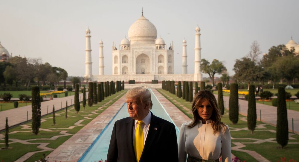 Donald Trump-Melania Trump Agra'daki Tac Mahal'ı ziyaret ederken