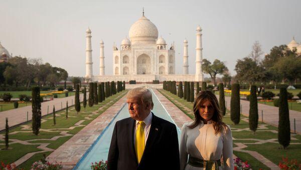 Donald Trump-Melania Trump Agra'daki Tac Mahal'ı ziyaret ederken - Sputnik Türkiye