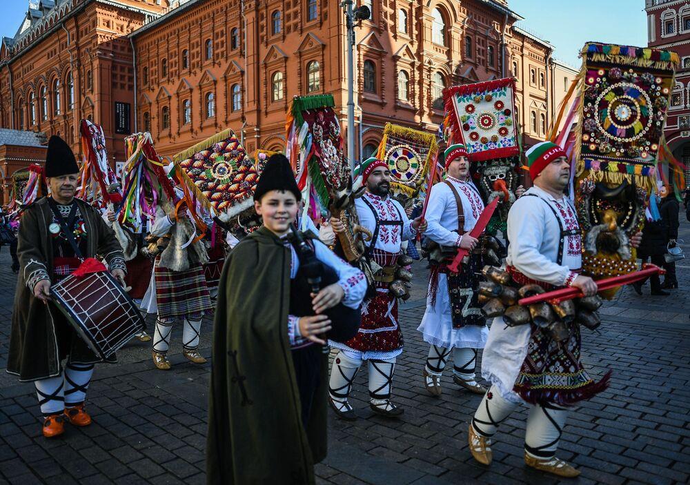 Bu yıl İtalya, Macaristan ve Bulgaristan'dan gelen konuklar, Moskova Maslenitsa Festivali'ne ulusal kostümleri, halk gelenekleri ve şarkılarıyla katıldı.