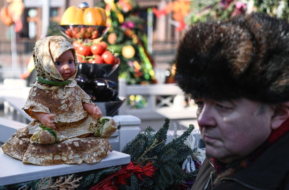 Moskova Maslenitsa Festivali'nde 'Krep kostümlü' bir oyuncak.