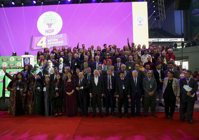 Halkların Demokratik Partisi'nin (HDP) 4. Olağan Büyük Kongresi Ankara Spor Salonu'nda gerçekleştirildi. Avrupa Parlamentosunun bazı üyeleri ile yabancı siyasi parti temsilcilerinin kongreye gönderdikleri video mesajları izletildi.