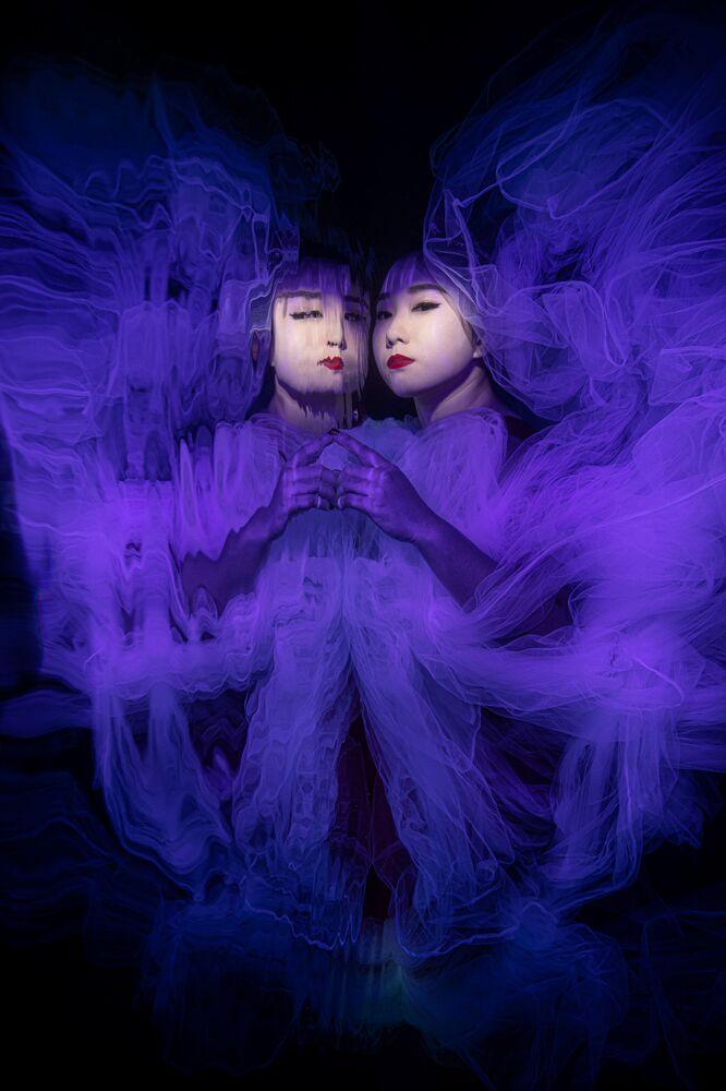 Yarışmanın Portre kategorisinde birincilik kazanan Singapurlu fotoğrafçı Lilian Koh'un Butterfly Effect  isimli görüntüsü.