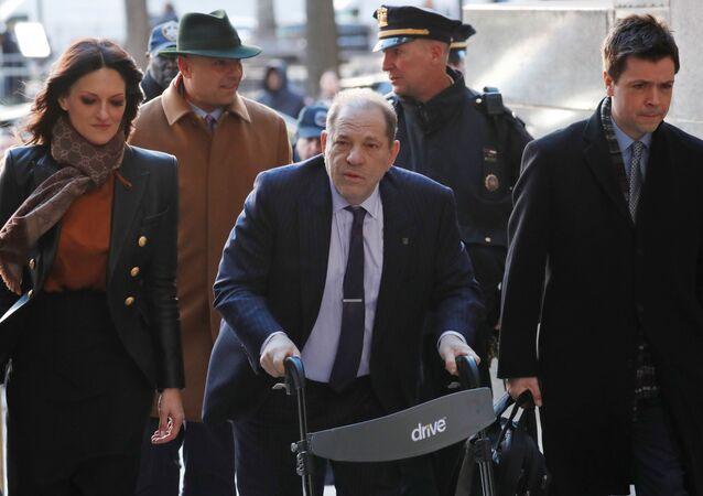 Avukatı Donna Rotunno'nun (solda) eşlik ettiği Harvey Weinstein, New York/Manhattan'daki ağır ceza mahkemesine yürüteçle girerken (19.02.2020)