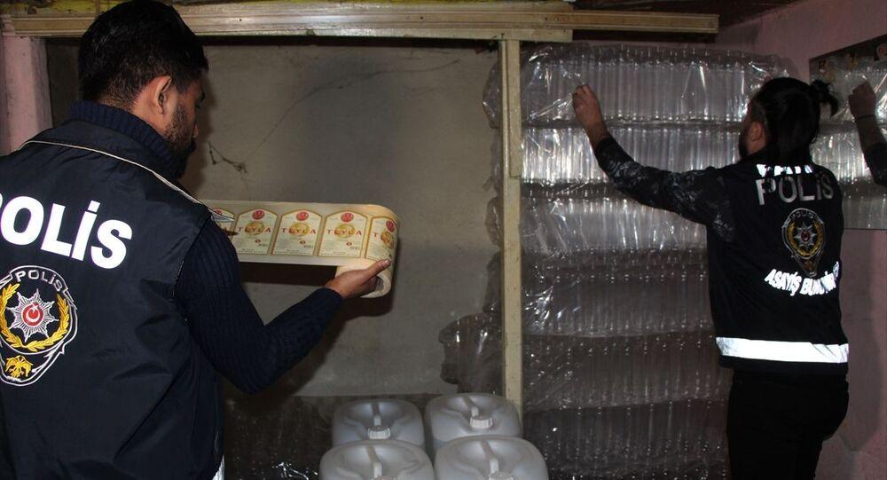 Fatih'te başka bir konuyla ilgilenen polis memuru, aldığı kokuyu takip edince sahte içki imalathanesini buldu. İmalathaneye düzenlenen operasyonda, 500 litre etanol ve metil alkol, 700 boş şişe, 412 şişe satışa hazır sahte içki ile çok miktarda üretim malzemesi ele geçirildi.