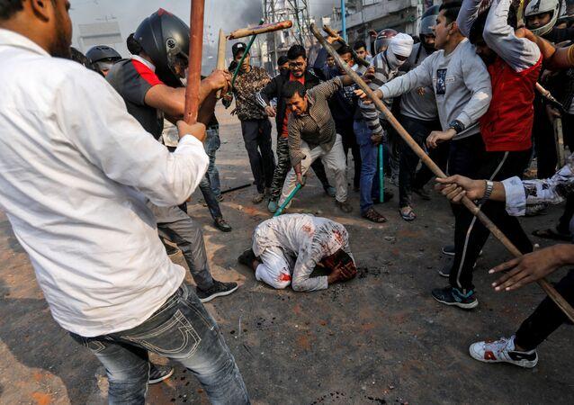 Hindistan basınındaki haberlere göre, başkentin kuzeydoğu bölgelerinde 3 gündür devam eden vatandaşlık yasası karşıtı gösterilerde biri emniyet amiri 13 kişi hayatını kaybetti.