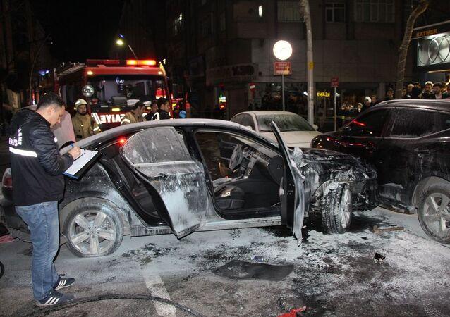 Sultangazi'de kullandığı otomobille sokaktaki çok sayıda araca çarparak ilerleyen, daha sonra bir araca çarparak duran ve ardından alev alan otomobilden çıkan sürücüyü çevrede toplanan bazı kişiler linç etmek istedi