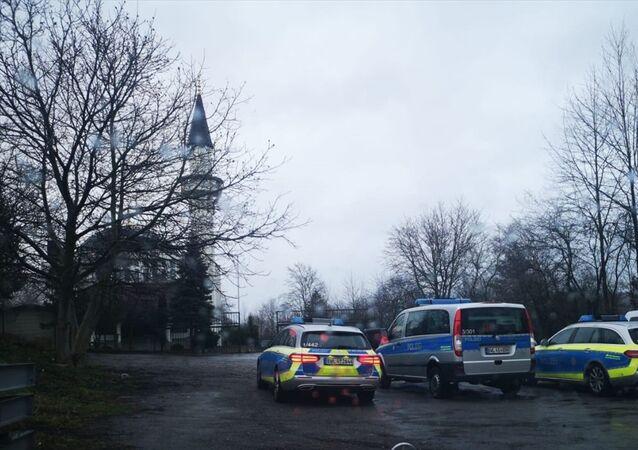 Almanya'nın Baden-Württemberg eyaletindeki Pforzheim kentindeki Diyanet İşleri Türk İslam Birliğine (DİTİB) bağlı Fatih Camisi, bomba ihbarı nedeniyle boşaltıldı. Polis, cami çevresinde önlem aldı.