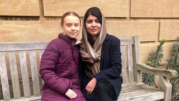 2014 Nobel Barış Ödülü sahibi Pakistanlı insan hakları aktivisti Malala Yusufzay ve iklim değişikliğiyle mücadelesiyle dünyaya ilham veren Greta Thunberg ilk kez bir araya geldi. - Sputnik Türkiye