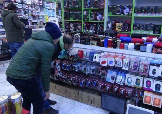 """Çin'de ortaya çıkan ve dünyaya yayılan koronavirüs, İzmit'te ikinci el cep telefonu ve bilgisayar teknik servisleri sarstı. Yeni malzeme alamayan cep telefonu ve bilgisayar teknik servisleri, stoktaki ürünleri zamlı fiyatlardan satmak zorunda kalıyor. Bilgisayar yedek parçaları satan Halil İbrahim Kahraman, Ürünleri eline almaya çekinen insanlar var"""" dedi."""