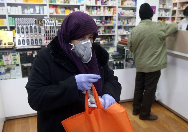 İran başkenti Tahran'da koronavirüse karşı maske takılarak eczanede alışveriş yapılıyor.