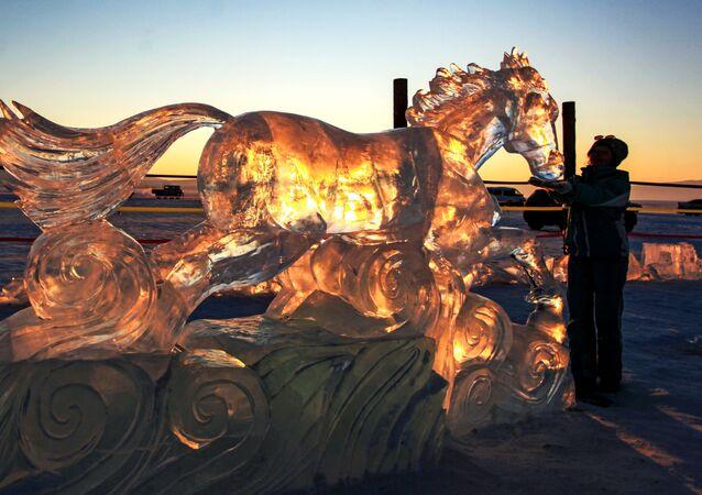 5 gün süren Olkhon Buz Heykel Festivali'nde yaratılan buzdan heykellerden biri.