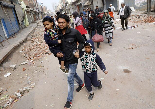 Yeni Delhi'nin Hindu nüfusun çoğunlukta olduğu bir semtini çatışmaların ardından terk eden Müslüman aileler