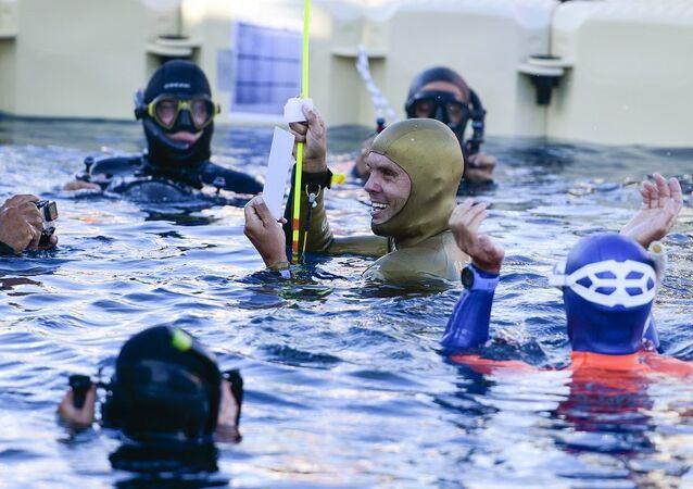 Rus Molçanov, tek nefeste buz altında yüzme rekoru kırdı