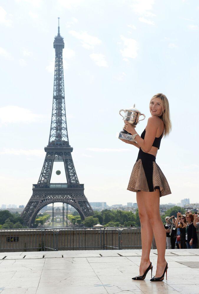 2014 Fransa Açık şampiyonluğunu kazanan Şarapova, kupasıyla birlikte poz verirken