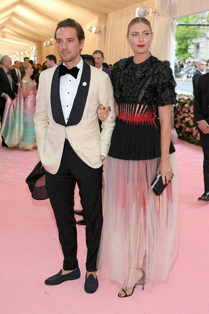 Mariya Şarapova ve erkek arkadaşı Alexander Gilkes, New York'taki 2019 Met Gala Töreninde poz verirken